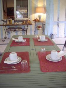 A restaurant or other place to eat at La Grange des Marettes