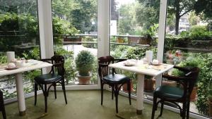 A restaurant or other place to eat at Entrée Groß Borstel Garni Hotel