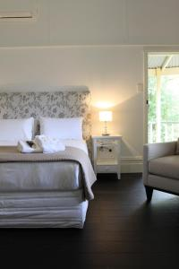 A bed or beds in a room at Healesville Garden Accommodation Houses