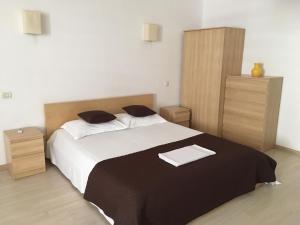 Un pat sau paturi într-o cameră la Escape Apartment Summerland Mamaia