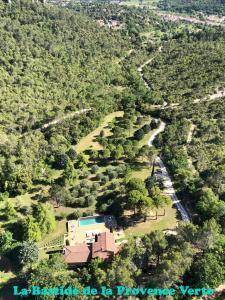 Vue panoramique sur l'établissement La Bastide de la Provence Verte