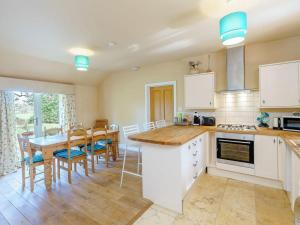 A kitchen or kitchenette at The Kingsley at Eversley