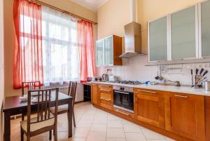 Кухня или мини-кухня в 14 Pestelya - modern apartment in the center of St. Petersburg