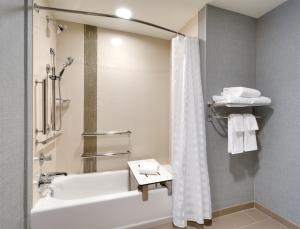 A bathroom at Hyatt Place Anchorage-Midtown
