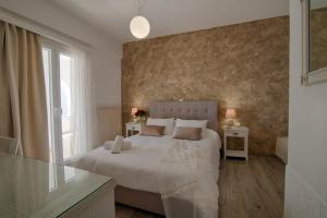 A bed or beds in a room at Wisteria Apartments