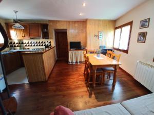 Una cocina o zona de cocina en Apartament in Castellar de n'Hug