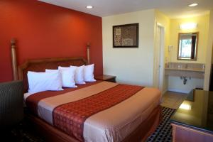 A bed or beds in a room at Bay Breeze Inn
