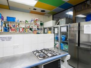 Кухня или мини-кухня в Blue Galah International Backpackers Hostel