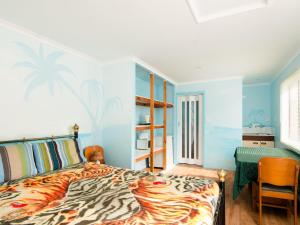 A bed or beds in a room at Bubsys Beach House at Pebbly