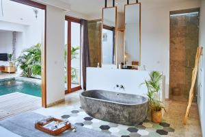 A bathroom at Kumbara Villas