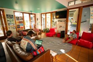 En sittgrupp på Cape Byron Hostel YHA