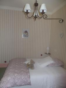 A bed or beds in a room at Le Cedre Bleu