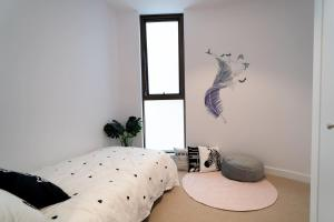 A bed or beds in a room at Two Bedroom Darling Harbour apt Chinatown CBD UTS