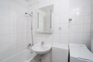 A bathroom at Apartments am Brandenburger Tor