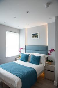 A bed or beds in a room at NOX HOTELS - West Hampstead