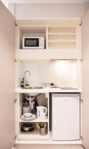 A kitchen or kitchenette at NOX HOTELS - West Hampstead