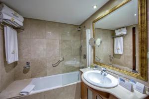 Ванная комната в Eurostars Araguaney