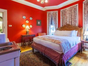 A bed or beds in a room at Chipman Hill Suites - Sydney Street