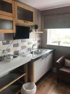A kitchen or kitchenette at The Shepherd's Rest