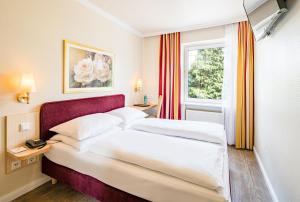 A bed or beds in a room at Hotel Central Hamburg