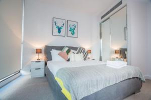 A bed or beds in a room at Simple & Cozy APT @Haymarket CBD (balcony views)
