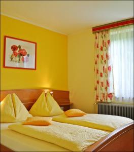 Ein Bett oder Betten in einem Zimmer der Unterkunft Enzianbrenner