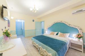 A bed or beds in a room at Hotel Frantsuzky Kvartal All inclusive