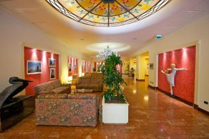 The lobby or reception area at Mercure Reggio Emilia Centro Astoria