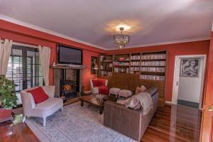 A seating area at Villa Della Rosa Bed & Breakfast