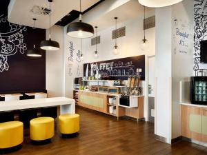 The lounge or bar area at ibis Budget Auckland Airport