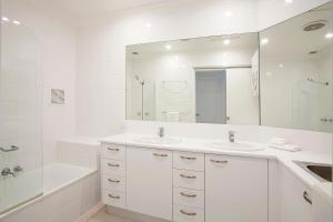 A bathroom at Noosa Shores Resort