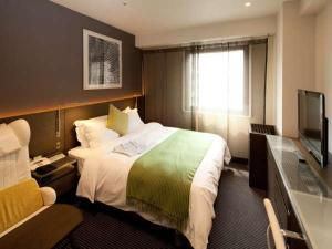 A bed or beds in a room at Hotel Wing International Premium Tokyo Yotsuya