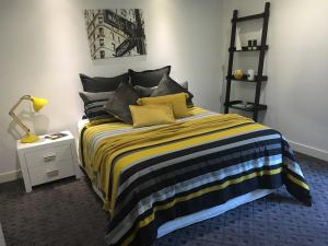 A bed or beds in a room at The Sinatra Holiday House - Couples Retreat
