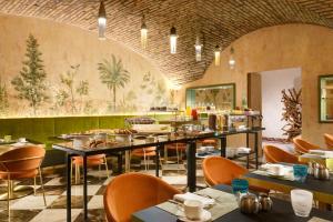 Een restaurant of ander eetgelegenheid bij Leon's Place Hotel In Rome