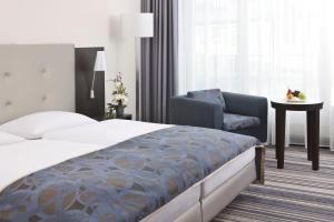 A bed or beds in a room at Steigenberger Esplanade Jena