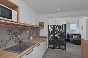 A kitchen or kitchenette at Apartments Strada Tučepi