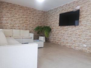 Een TV en/of entertainmentcenter bij Apartamentos Acuario Sol