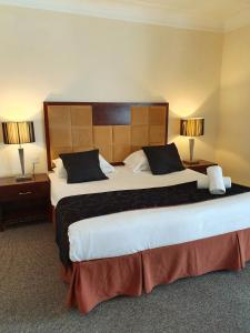 A bed or beds in a room at OYO Clayton Lodge