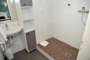 A bathroom at EtC...Hôtel - Strasbourg Hyper Centre