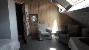 A seating area at B&B La Grange De Thalie.