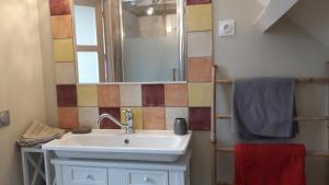 A bathroom at B&B La Grange De Thalie.