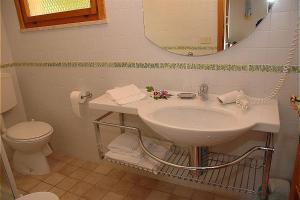 A bathroom at Bungalow Los Nidos classic