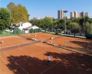 Tennis and/or squash facilities at Bungalow Los Nidos classic or nearby