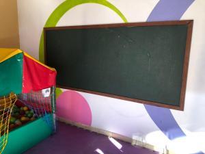 Uma TV ou centro de entretenimento em Apto com serviços de Flat na Riviera de São Lourenço