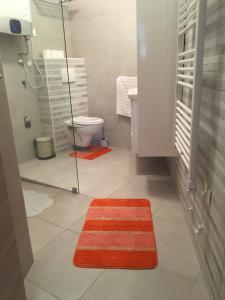 A bathroom at Holly apartman