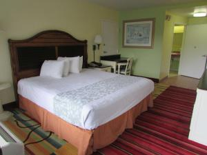 A bed or beds in a room at Seralago Hotel & Suites Main Gate East