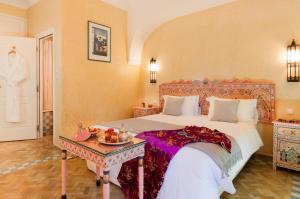 A bed or beds in a room at Charming villa in the heart of Marrakech palm grove