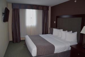 A bed or beds in a room at Coast Lethbridge Hotel & Conference Centre