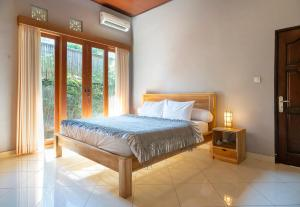 A bed or beds in a room at Twist and Shout Art Villa Seminyak