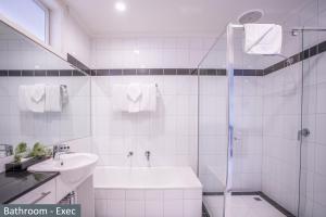 A bathroom at Clocktower Apartment Hotel